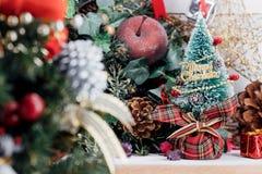 Fondo di Natale con le decorazioni ed i contenitori di regalo su di legno fotografia stock