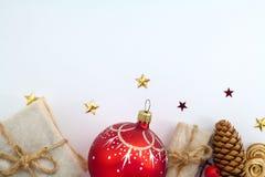 Fondo di Natale con le decorazioni ed i contenitori di regalo sul bordo di legno Immagini Stock Libere da Diritti