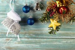 Fondo di Natale con le decorazioni ed i contenitori di regalo sulla b di legno Immagine Stock
