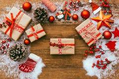 Fondo di Natale con le decorazioni ed il regalo Fotografia Stock Libera da Diritti