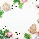 Fondo di Natale con le decorazioni rosa e beige dei rami di albero dell'abete, delle luci di Natale, ornamenti d'argento fotografia stock