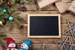 Fondo di Natale con le decorazioni sul bordo di legno Fotografia Stock