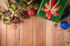 Fondo di Natale con le decorazioni sul pannello di legno Immagine Stock