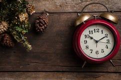 Fondo di Natale con le decorazioni sul pannello di legno Immagini Stock Libere da Diritti