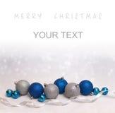 Fondo di Natale con le palle di natale bianco e del blu Immagine Stock