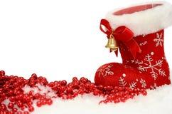 Fondo di Natale con lo stivale di Santa rossa in neve su bianco Immagini Stock