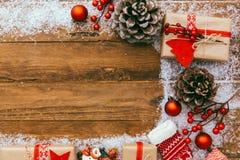 Fondo di Natale - contenitore di regali del regalo di Natale ed elementi di decorazione su fondo di legno Immagini Stock Libere da Diritti