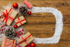 Fondo di Natale - contenitore di regali del regalo di Natale ed elementi di decorazione su fondo di legno immagini stock