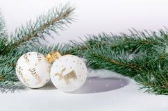 Fondo di Natale, decorazione e rami attillati Sfere di natale su una priorità bassa bianca Fuoco molle Scintille e bolle abs Fotografia Stock
