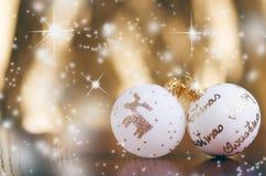 Fondo di Natale, decorazione e rami attillati Sfere di natale su una priorità bassa bianca Fuoco molle Scintille e bolle abs Immagine Stock