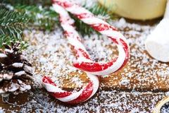 Fondo di Natale dei rami e dei bastoncini di zucchero Fotografie Stock