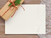 Fondo di Natale del pizzo del cartone Primed e un regalo in Kra Immagine Stock