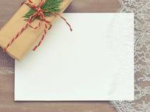 Fondo di Natale del pizzo del cartone Primed e un regalo in Kraf Fotografia Stock Libera da Diritti