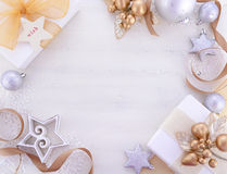 Fondo di Natale dell'oro bianco con i confini decorati Fotografie Stock
