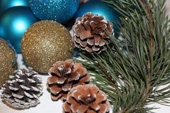 Fondo di Natale e del nuovo anno con il ramo del pino e dei giocattoli Fotografia Stock
