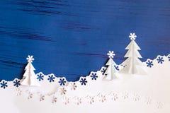 Fondo di Natale fatto di carta con gli alberi di Natale 3d e la s Immagini Stock