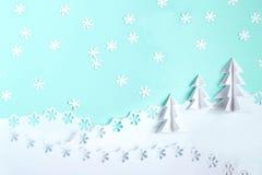 Fondo di Natale fatto di carta con gli alberi di Natale 3d e la s Immagine Stock