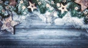 Fondo di Natale nello stile e nei colori freddi naturali Fotografie Stock Libere da Diritti