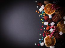 Fondo di Natale o del nuovo anno con le fette arancio di spazio della caramella gommosa e molle per testo, fuoco selettivo Immagine Stock Libera da Diritti