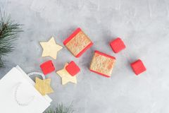 Fondo di Natale: sacchetti della spesa, contenitori di regalo e stelle d'oro Immagine Stock