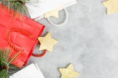 Fondo di Natale: sacchetti della spesa e stelle d'oro rossi e bianchi Nuovo anno Fotografia Stock Libera da Diritti