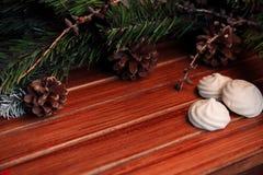 Fondo di Natale su legno regalo e caramelle gommosa e molle Immagini Stock
