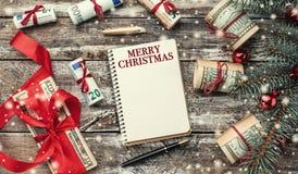 Fondo di natale di vecchio legno Albero di Natale con soldi americani ed europei Regali di festa Vista superiore immagine stock