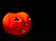 Fondo di notte di Halloween con buio spaventoso e la zucca Fotografie Stock