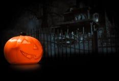 Fondo di notte di Halloween con la casa e la zucca spaventose Immagini Stock Libere da Diritti