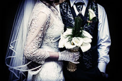 Fondo di nozze Fiori della tenuta delle coppie di nozze in mani Fotografie Stock