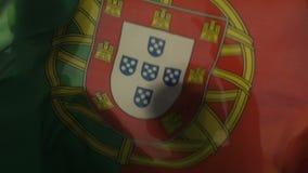 Fondo di ondeggiamento della bandiera portoghese, competizione sportiva allo stadio, campionato video d archivio