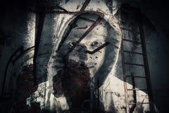 Fondo di orrore, stanza scura abbandonata con il fantasma Immagini Stock Libere da Diritti