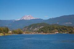 Fondo di paesaggio dell'acqua blu della foresta della catena di montagna Immagini Stock