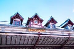 Fondo di panorama della stazione ferroviaria di Chamonix-Mont-Blanc, dei picchi di Mont Blanc, della Francia e di montagna Fotografie Stock Libere da Diritti