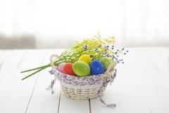 Fondo di Pasqua con le uova di Pasqua ed i wildflowers Fotografia Stock