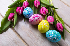 Fondo di Pasqua con le uova dipinte a mano Fotografie Stock Libere da Diritti