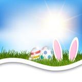 Fondo di Pasqua con le uova e le orecchie del coniglietto in erba illustrazione vettoriale