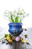 Fondo di Pasqua con le uova ed i fiori della molla Immagini Stock Libere da Diritti