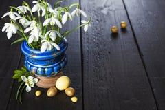 Fondo di Pasqua con le uova ed i fiori della molla Fotografia Stock