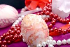 Fondo di Pasqua con le uova, i nastri e la decorazione della molla Fotografie Stock Libere da Diritti