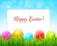 Fondo di Pasqua con le uova variopinte in erba verde Immagini Stock