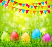 Fondo di Pasqua con le uova variopinte in erba verde e bandiere Fotografia Stock Libera da Diritti
