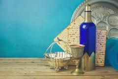 Fondo di pesach con il pane azzimo ed il vino sulla tavola d'annata di legno Piatto di Seder con testo ebraico Immagini Stock Libere da Diritti