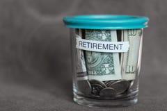 Fondo di pianificazione di pensionamento in una tazza con un coperchio verde Immagini Stock Libere da Diritti