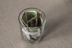Fondo di pianificazione di pensionamento in una tazza senza coperchio Immagine Stock Libera da Diritti