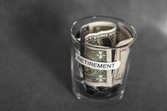 Fondo di pianificazione di pensionamento in una tazza senza coperchio Fotografia Stock
