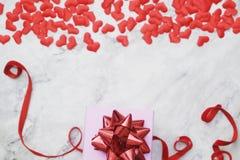fondo di Piano-disposizione per il San Valentino, amore, cuori, spazio della copia del contenitore di regalo fotografia stock libera da diritti