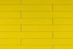Fondo di plastica giallo di alta risoluzione della parete con la forma del mattone Immagine Stock