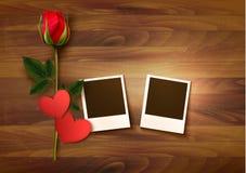 Fondo di San Valentino con due foto, cuori e una rosa Fotografie Stock