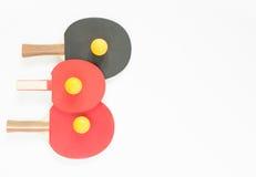 Fondo di sport Racchette e palle rosse e nere di ping-pong Disposizione piana, vista superiore Fotografie Stock